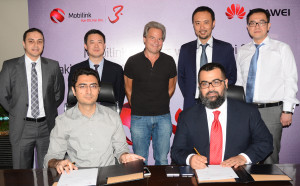 Jeffery Hedberg, CEO Mobilink, Aragon Meng, CEO Huawei Pakistan and Ali Shi, President Huawei Middle East along with their teams at the contract signing for the deployment of Pakistan's first 100 Gigabytes per secound Optical Transport Network.<p><p id=