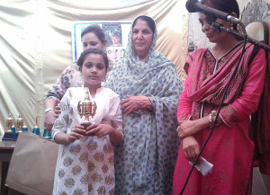 Mrs. Shamim Sayeed, Managing Trustee of  Sayeed Alfalah Trust addressing in  the prize Distribution  Ceremony at Sayeed Alfalah Literacy Certre, Karachi. Mrs. Sadia Rashid, President Hamdard Foundation Pakistan along with a success full candidates after the prize distribution on the occasion.